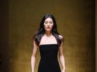 她是第一位超模,时隔多年重返巴黎时装周,十几年几乎零绯闻