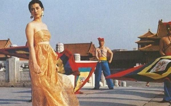 老照片1990年王祖贤故宫拍片,撩裙子披散发,美得不可方物