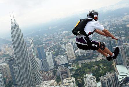高空跳伞运动员是身背主伞和备份伞两副伞