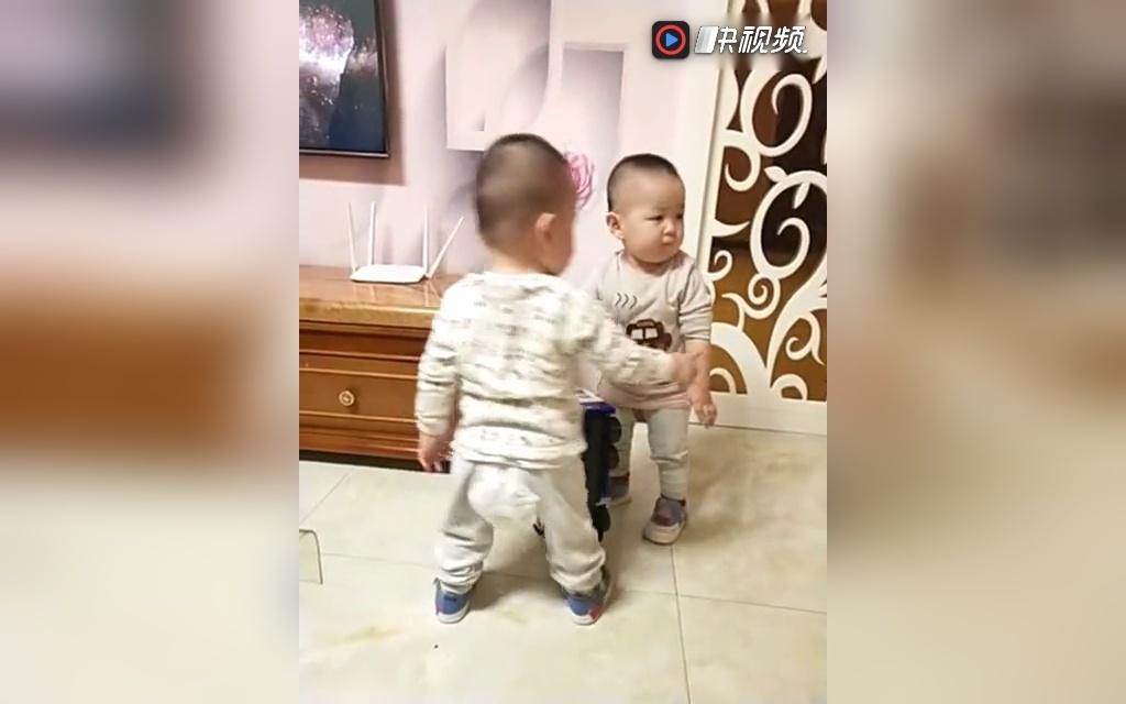 双胞胎宝宝在一起也很有趣特威斯