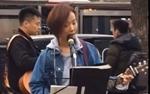 王珞丹在北京街头卖唱