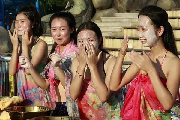 杭州万人素颜相亲02女生现场洗脸被男生
