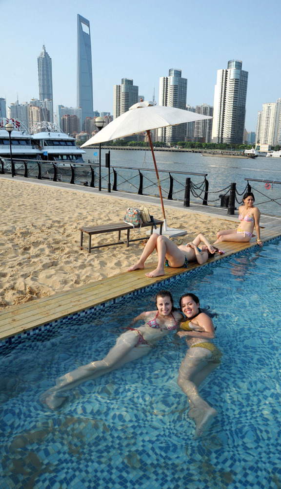 """游客在上海外滩""""沙滩泳池""""游泳避暑"""
