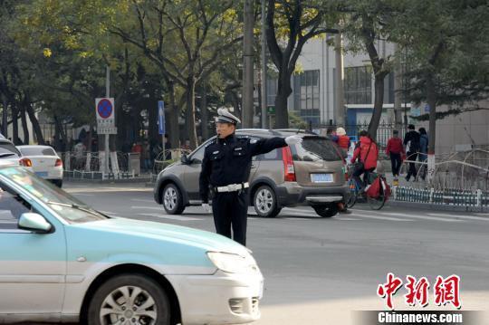 【转】北京时间       男子横穿马路不听劝 竟恼羞成怒掌掴交警 - 妙康居士 - 妙康居士~晴樵雪读的博客
