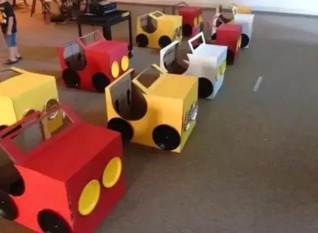 创意环卫车 准备材料:纸箱,纸张,剪刀,胶水 制作步骤:准备两个纸箱