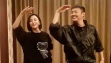 印小天和佟丽娅合体跳舞:前后配合十分默契,太像一对情侣了