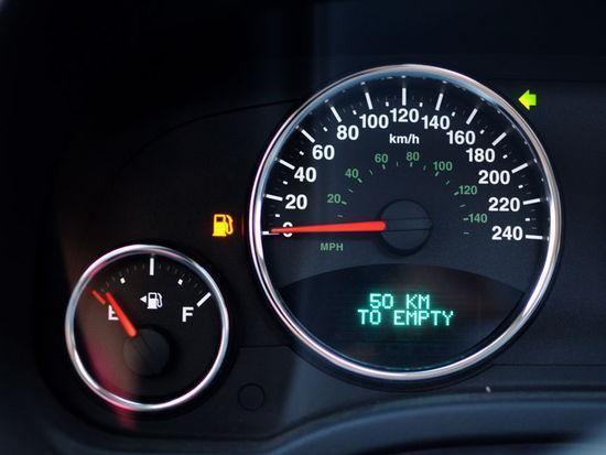 仪表盘上的油表指示灯亮了