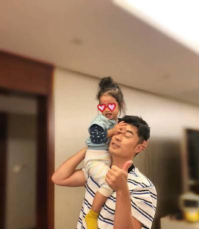陈赫大方公开和女儿温馨合影,女儿嘴巴像极了张子萱,是个小美女