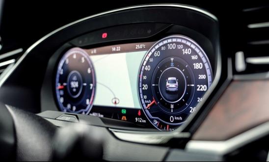 在极具科技感的车内氛围灯的映照下,随处可见的镀铬装饰,哑光真桃木饰