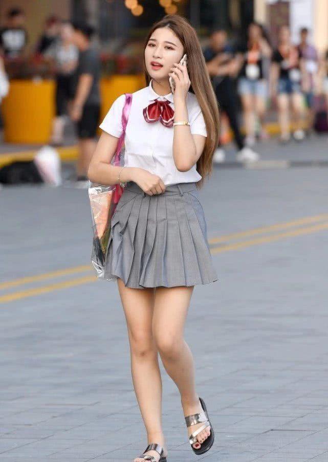 """路人街拍:在路边讲电话的小姐姐,一副""""学生妹""""的装扮十分清纯"""