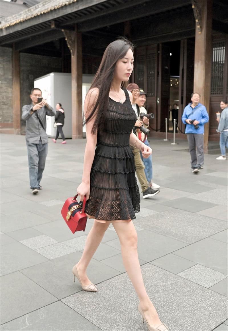 """路人街拍:手拿包包的小姐姐,一袭黑色连衣裙""""气质""""满分!"""