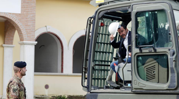 意大利副总理开挖掘机拆黑手党别墅