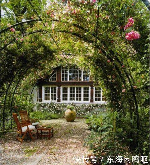 在这张别墅小花园图片中,花园的设计非常简单,但是却是夏季纳凉