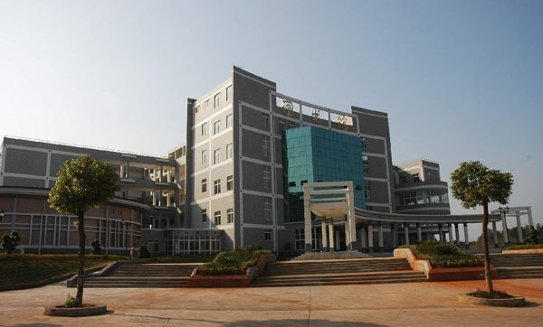 江西理工大学被誉为中国有色冶金人才的摇篮,中国有色冶金企业的高管大多是江西理工的校友。按照《财富》杂志2009年世界500强榜单,包括大陆和台港澳在内的中国地区共有43家企业入选,其中就有宝钢集团、中铝的领军人物出自江西理工大学。而按照中国校友网大学杰出校友排名,江西理工大学排在60名左右。这些对于一个江西理工大学来说,堪称不大不小的奇迹。 熊维平,76年选矿毕业,中国铝业股份有限公司总经理。曾任中南工业大学(现中南大学)管理学院院长,中南工业大学常务副校长。 陈茂生,75年采矿毕业,中国铝业股份有限公司