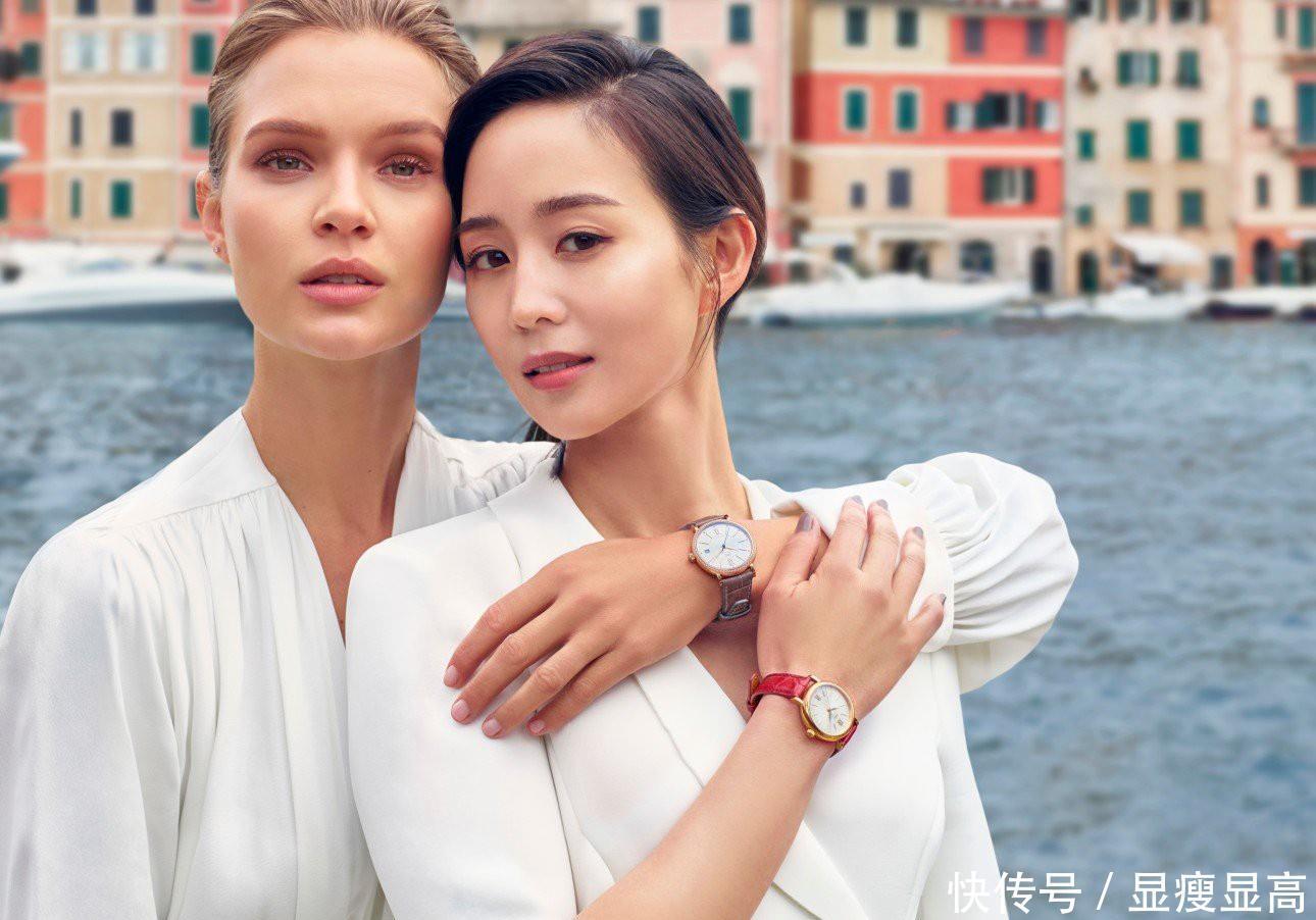 37岁张钧甯越活越年轻,V领衬衫配短裤,合影超模颜值丝毫不输