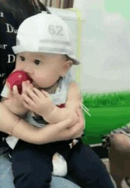 1岁小宝宝抱着苹果打针,只顾着吃忘了疼,网友:吃可爱长大的