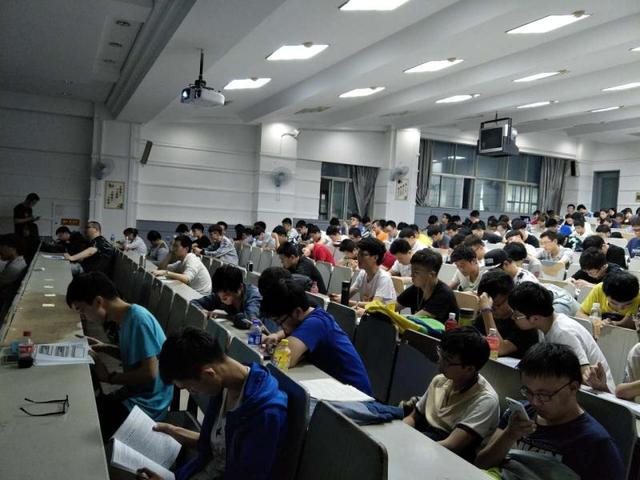 """中软国际吉大计算机学院""""未来十年,路在何方""""讲座"""