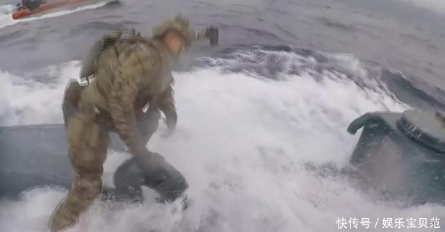 """美海岸警卫队""""强悍""""缉毒!跳上航行中的潜艇活逮毒贩"""
