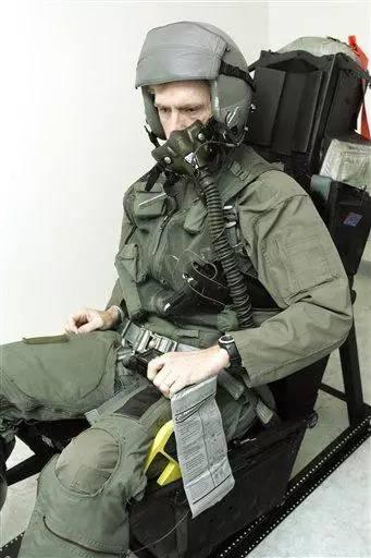战斗机飞行员如何解决内急?这些说出来你都不敢相信 - 技术宅拯救地球! - 技术宅