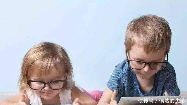 """孩子暑假天天玩手机,妈妈巧用一招,治好女儿""""手机病"""""""