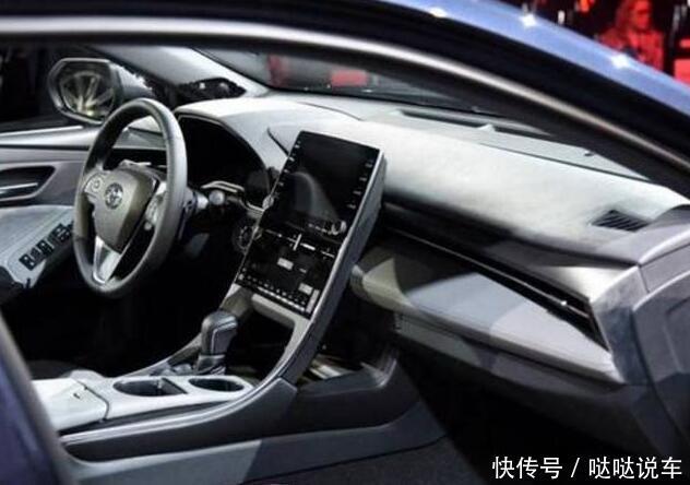 丰田在设计仪表盘上并没有削减成本.信息娱乐屏幕被金属条环绕.