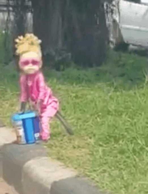 """""""小女孩""""街头乞讨走近一看让人愤怒"""