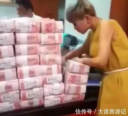 女孩银行取钱,被工作员讽刺瞧不起,她的报复方式让人佩服