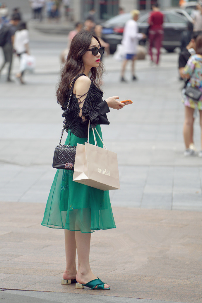 """路人街拍:辣妈们的""""潮流风""""穿搭,轻熟中带有优雅的个性魅力!"""