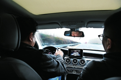 3月14日晚,车主薛先生驾驶奔驰c200l车,在高速上开启定速巡航后失控
