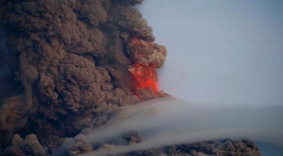 菲律宾马荣火山再度猛烈喷发 超5万民众撤离