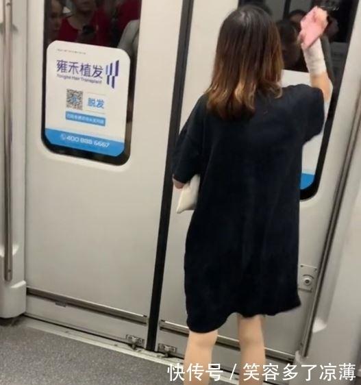 一女子在地铁上撒野,用手机砸车门拉制动,引发众网友猜测和愤怒