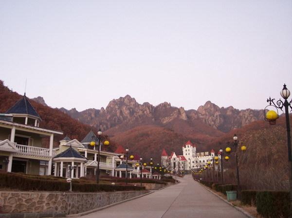 五龙山风景区包括五龙山和五龙背温泉,位于丹东西北25公里的五龙背镇.