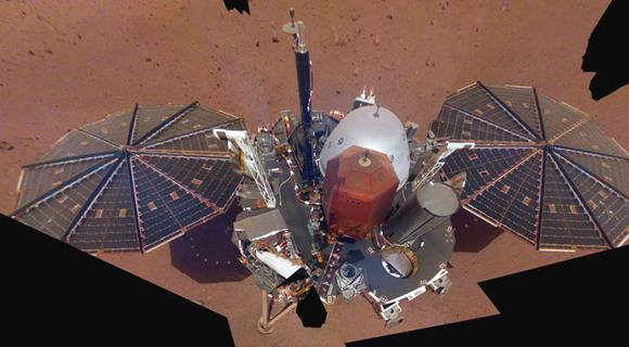 洞察号传回火星上的自拍