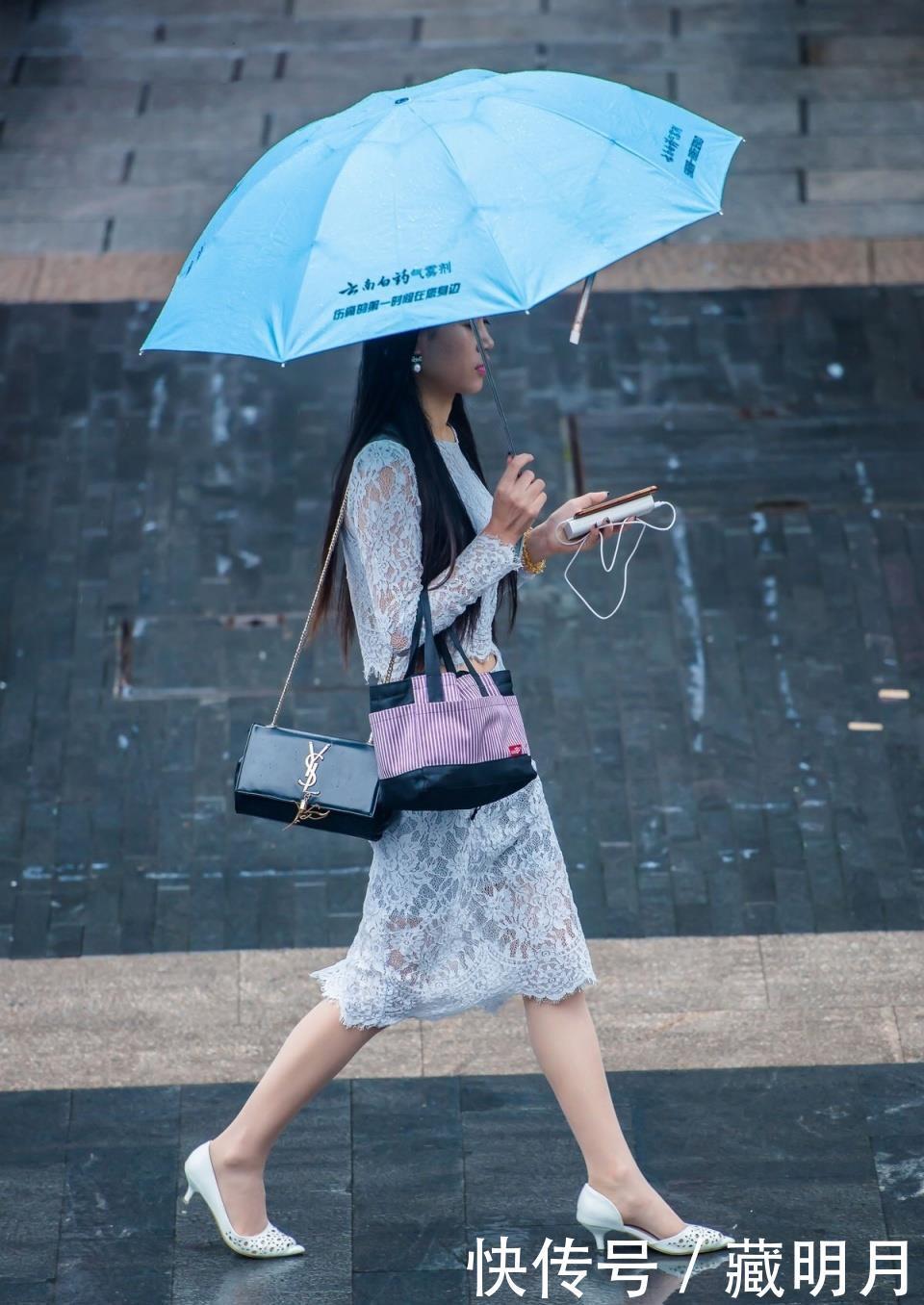 街拍:高跟丝袜蕾丝连衣裙的小姐姐,在雨中湿身了,湿足迷人