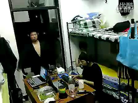 """视频:大学生搞笑寝室生活 """"黄河大合唱"""" 亮了"""