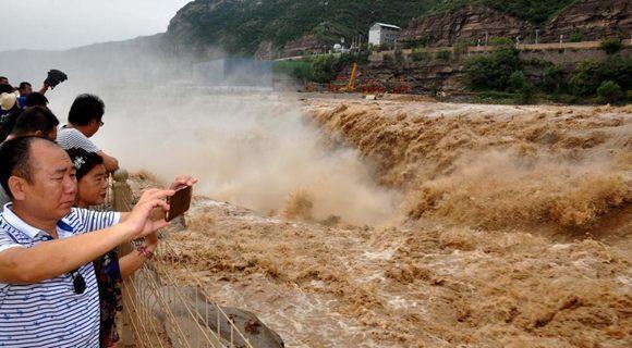 黄河壶口瀑布再现特大瀑布群 气势雄浑