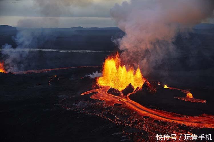 印度尼西亚巴厘岛的阿贡火山是知名的旅游景点,吸引不少人前往拍摄