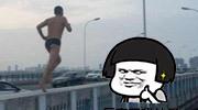 泳裤男大桥护栏上跑步