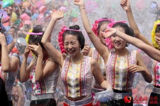 到处是游客和当地群众泼水的身影和热烈的欢呼声,人们使用水桶,塑料盆
