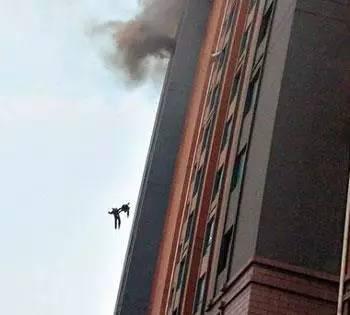 两名消防员手拉手