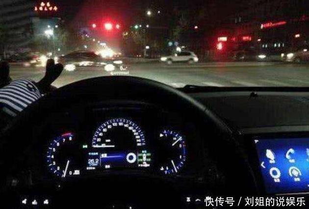 晚上开车被闪三下大灯交警:这可不是挑衅你,司机间的暗语记住