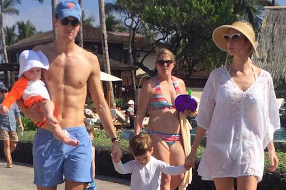 最富总统千金伊万卡携全家度假穿透视装身材火辣