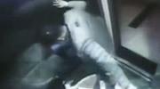 男子在电梯里活活踩死小狗