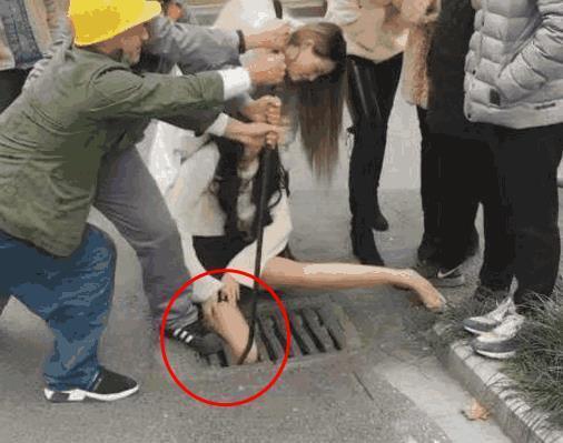 女子逛街不慎把腿卡进下水道:腿有多瘦啊
