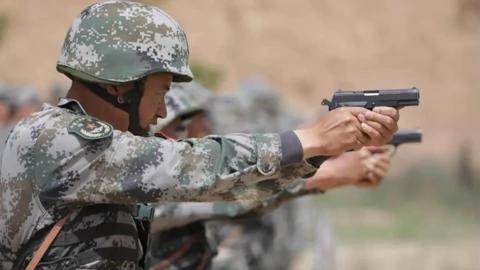 手枪也不贵,为啥解放军士兵却不配发手枪?