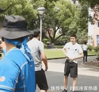 <b>李现约陈伟霆打篮球,两人下意识小动作助理来不及拦网友炸锅了</b>