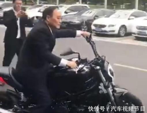 汽车达人李书福还是个骑行高手,试驾新款摩托车,姿势堪比车手