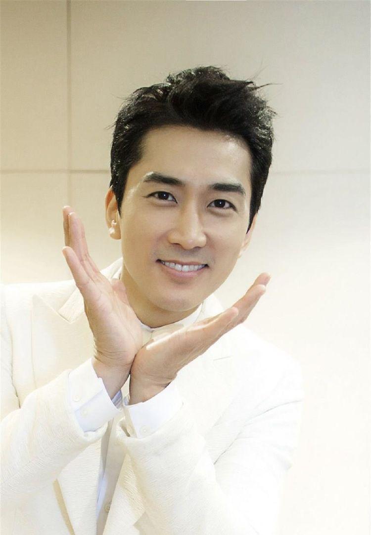 他是韩国男明星十大帅哥之一,拥有精湛的演技,虏获了粉丝的心