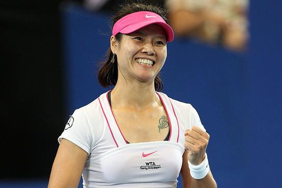 2004年,在国家网管中心主任孙晋芳以及省有关方面的劝说下,再加上姜山的鼓励和支持,22岁的李娜选择了复出。相继在北京、通辽、乌兰浩特的三站ITF女单赛事中夺魁;中网女单的比赛止步于次轮;夺得广州国际女子公开赛(水泥硬地球场)冠军,成为第一个在WTA巡回赛中夺得单打冠军的中国选手。 2005年,李娜打进埃斯托利尔赛决赛,成为首次进入红土赛决赛的中国选手;并7月份的联合会杯世界组二组附加赛两场单打全胜,帮助中国队首次打进联合会杯世界组二组。 2006年,李娜与郑洁会师在WTA葡萄牙埃斯托利尔赛站巡回赛女单