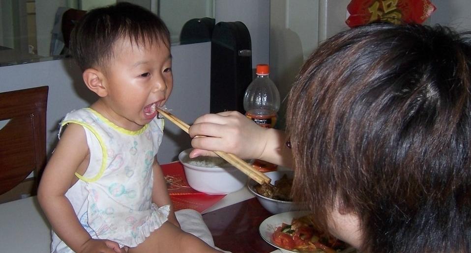 辅食添加过早,7个月宝宝长出肾结石,劝告:别给娃吃了
